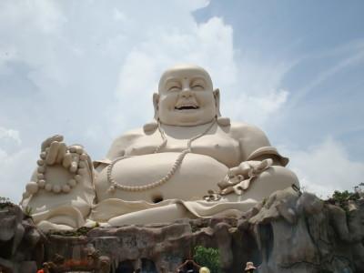 Mỗi ngày bức tượng Phật được nhiều người quỳ lại và dâng hoa quả